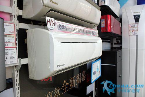 编辑点评:大金FTXH335NC-W空调采用专业设计的百叶窗翅片和内螺纹铜管,实现高效运转、省电节能,非常适合工薪阶层家庭使用。双重滤网,让更使室内空气清洁,随时随地保护全家健康。
