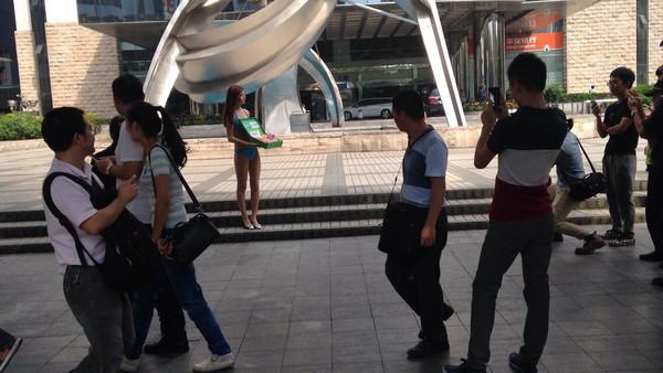 深圳比基尼美女街头脱光
