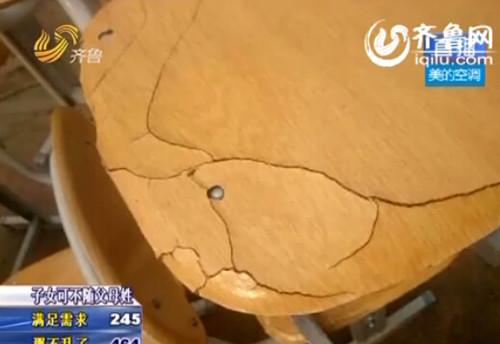 """黄岛惊现""""纸壳桌椅""""(视频截图)"""