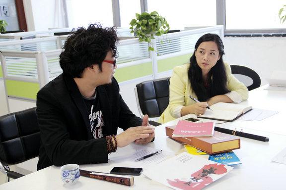 图为叶根友在艺盟网洽谈合作 左为叶根友先生 右为艺盟网主编程稀女