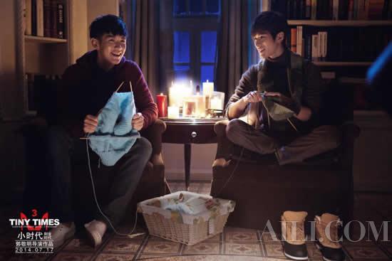 陈学冬与柯震东在《小时代3》电影中织毛衣剧照