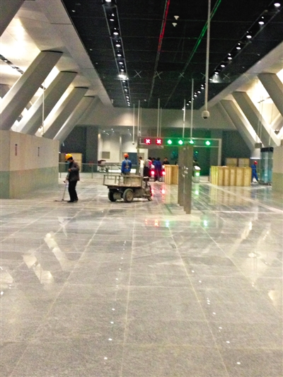 玉带河大街站,站台中间一个巨大的中庭从地面越过站厅层,直接贯通到站台层,自然光透过天窗直射下来。这也是北京的地铁中首创车站开天窗。 新京报记者 马力 摄