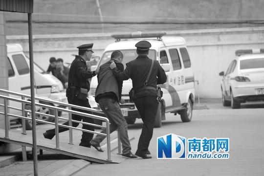 """10月30日,郑州""""皇家一号""""系列案中11人涉嫌协助组织卖淫一案开审。C FP图"""