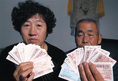 尚爱云夫妇展示上访留下的车票,这些只是一部分。