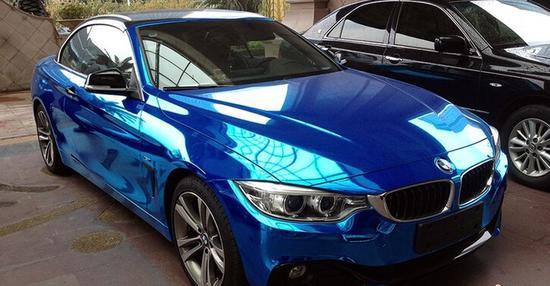 的白色宝马428i,因嫌太土到汽车装璜店2万元全车贴蓝色反光镀高清图片