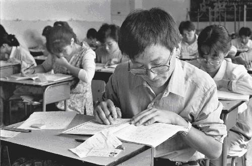 这是在北京第44中学考区应试的考生(资料照片)。 新华社发