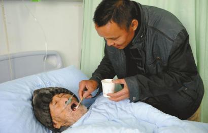 11月2日,林依学在医院照顾90岁的吴恩全。