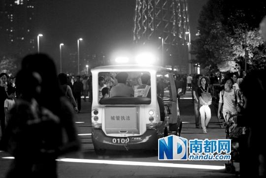 11月1日晚,花城广场,城管队员在夜色中执勤。