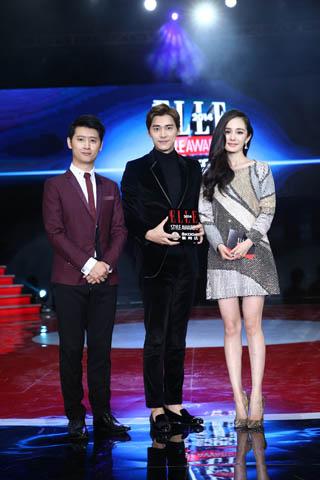 赫斯特中国数字媒体总经理罗启刚与杨幂为李易峰颁奖