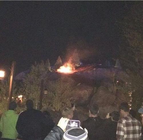 图为迪士尼世界的起火现场。