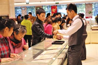 昨日,市民在菜百购买黄金产品。新京报记者 浦峰 摄