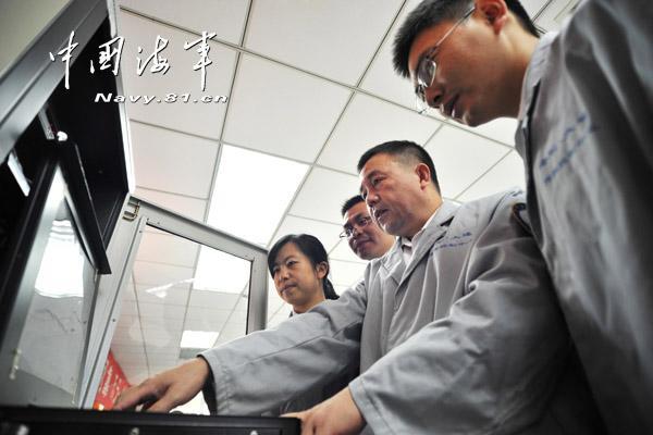 中国海军导弹试验风浪大 专家自绑船上测数据