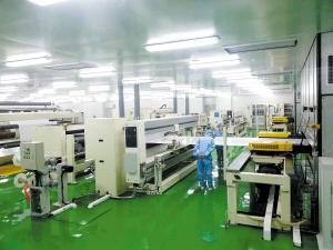 高性能锂电池微孔隔膜项目的生产车间和产品展示.-老国企破壳记 图