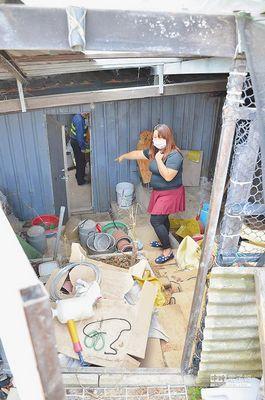 桃园中坜的温小姐家中遭小偷光顾,11月5日她指着住家后院铁门,强调小偷对住家环境了如指掌。(来源 台湾《中国时报》)
