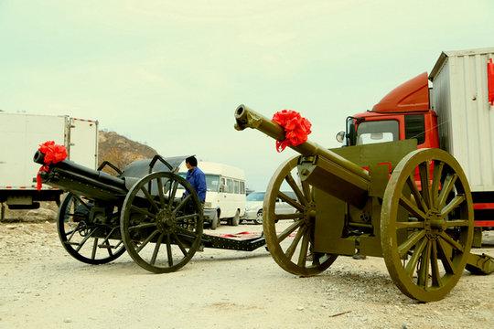 一门德国克虏伯炮和一门四一式75毫米山炮剧照