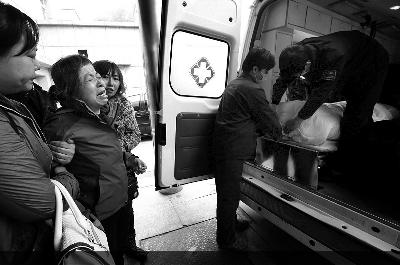看着老于的遗体被送上救护车,老伴失声痛哭