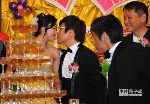台湾第一对宰割胜利的连体婴弟弟张忠义8日在青青农场举办婚礼,迎娶意识11年的老婆蒋文燕(左),完毕独身生计。婚礼上,新人张忠义(左2)与蒋文燕(左)用鼻尖相碰,展示满满的甘美爱意。