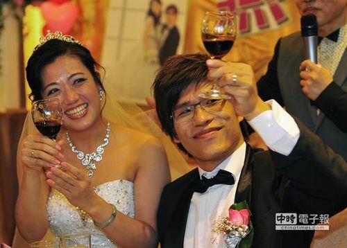 婚礼上,新人张忠义与蒋文燕碰杯向参加致贺的亲朋来宾们请安。