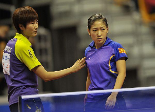 图文:2014全国乒乓球锦标赛 丁宁安慰刘诗雯图片
