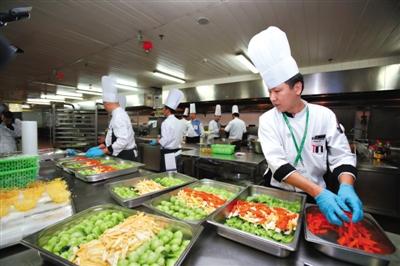 8日,北京国家会议中心迎来APEC会议用餐最高峰,厨师们在后厨加紧准备。为迎接各经济体领导人及代表,北京作为东道主在饮食方面做了精心准备。 新京报记者 侯少卿 摄