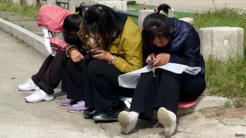 朝鲜姑娘在玩手机