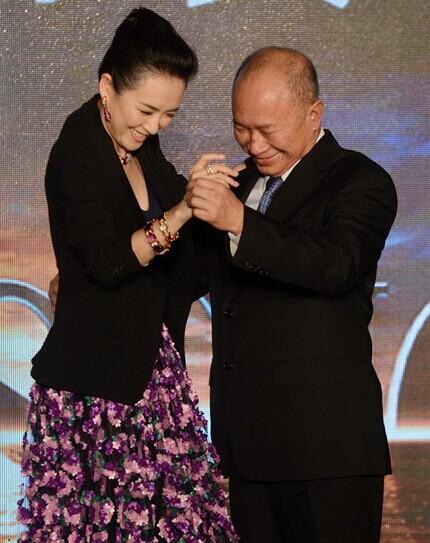 章子怡邀吴宇森跳华尔兹。【点击查看组图】