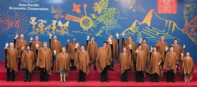 8年,秘鲁利马APEC会议,成员领导人身着秘鲁特色民族服装合影.图片