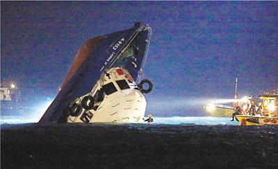 当日渡轮被撞后即时下沉,百人堕海。 香港文汇报资料图片