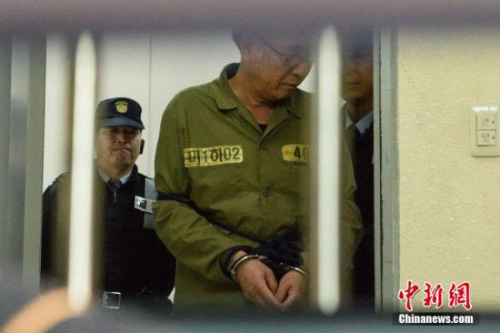 """当地时间2014年11月11日,韩国光州,沉没渡轮""""世越号""""船长李准石和船员们抵达法院,接受最终审判。CFP视觉中国"""