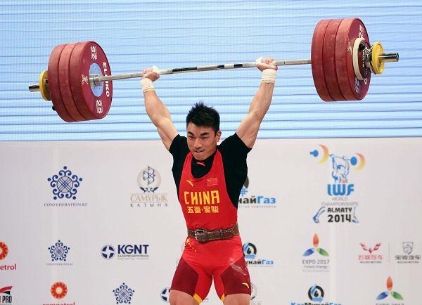 图文:举重世锦赛男69KG级 廖辉举起杠铃