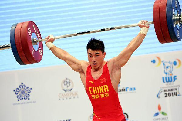 图文:举重世锦赛男69KG级 廖辉在比赛中
