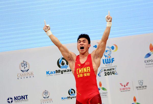 图文:举重世锦赛男69KG级 廖辉狂吼庆祝