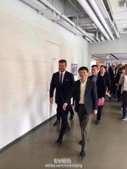 习近平夫妇与APEC领导人拍全家福(图)