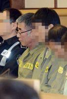 """11月11日,""""岁月""""号船长李俊锡及涉事船员在韩国光州法庭上等待宣判。"""