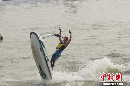 图为李超凡在双赛南阳站水上飞人花样赛中的精彩瞬间。 韩章云 摄