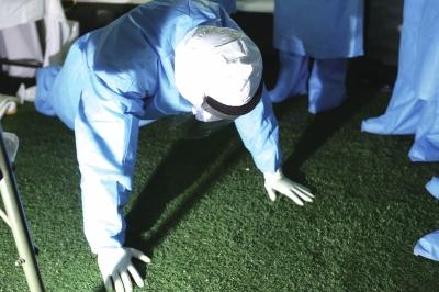 """队员在""""病房""""做俯卧撑增加训练强度。"""