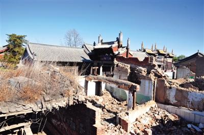 大同市文庙附近开发的一片仿古四合院,附近基础设施建设已停工,周围都是废墟。