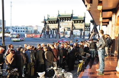 """11月3日,大同市四牌楼附近,耿彦波""""粉丝团""""在聚众讨论。"""