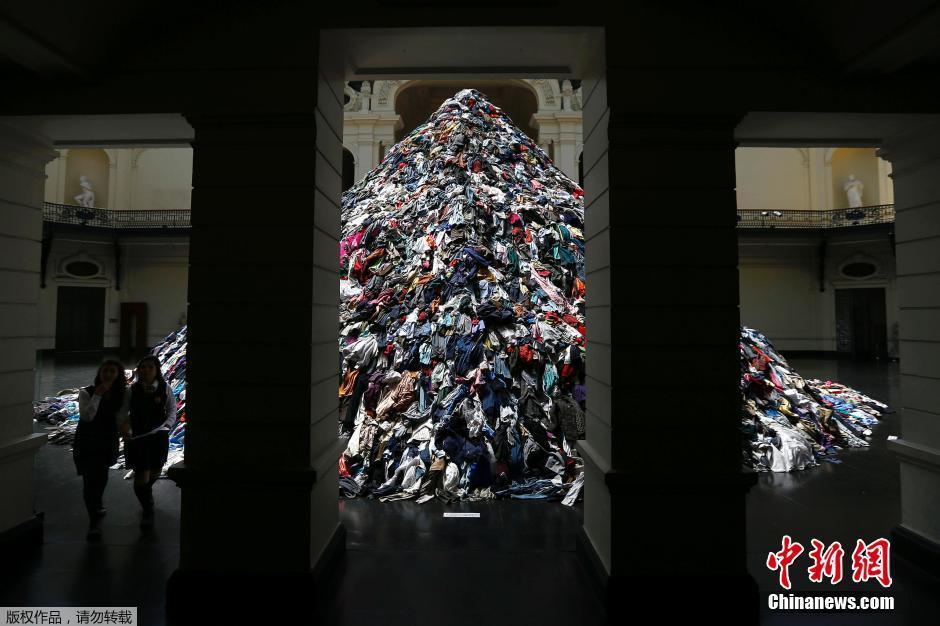 """当地时间2014年11月11日,智利圣地亚哥,法国艺术家使用二手服装制作雕塑作品,该展览主题为""""灵魂"""",将持续至2015年1月4日。"""