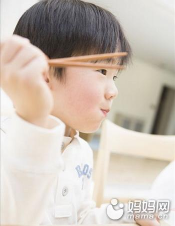 宝宝用筷子有助大脑发育,3岁以后学最好!