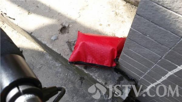 2万钱包掉落公厕被水冲走 女子报警终找回
