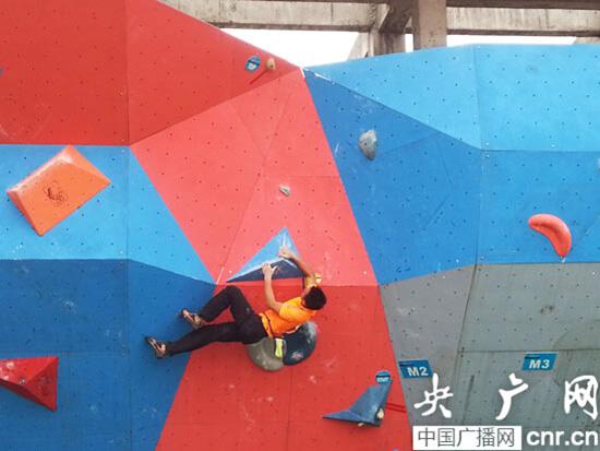 男子攀石年度冠军瞿海滨在比赛中(记者张庶卓摄)