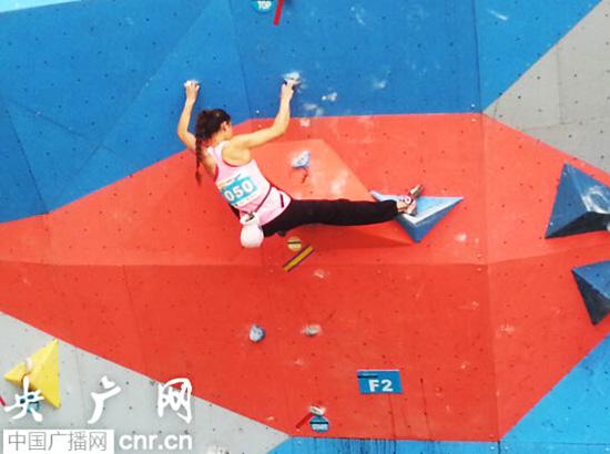 西藏选手仁青拉姆在女子攀石比赛中(记者张庶卓摄)