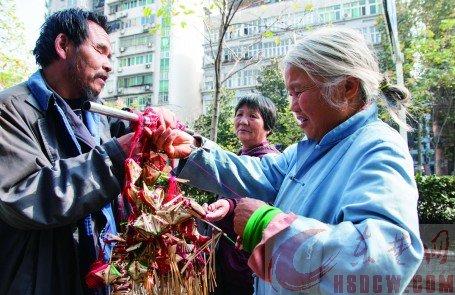 一个过路市民在挑选高广林做的香包。