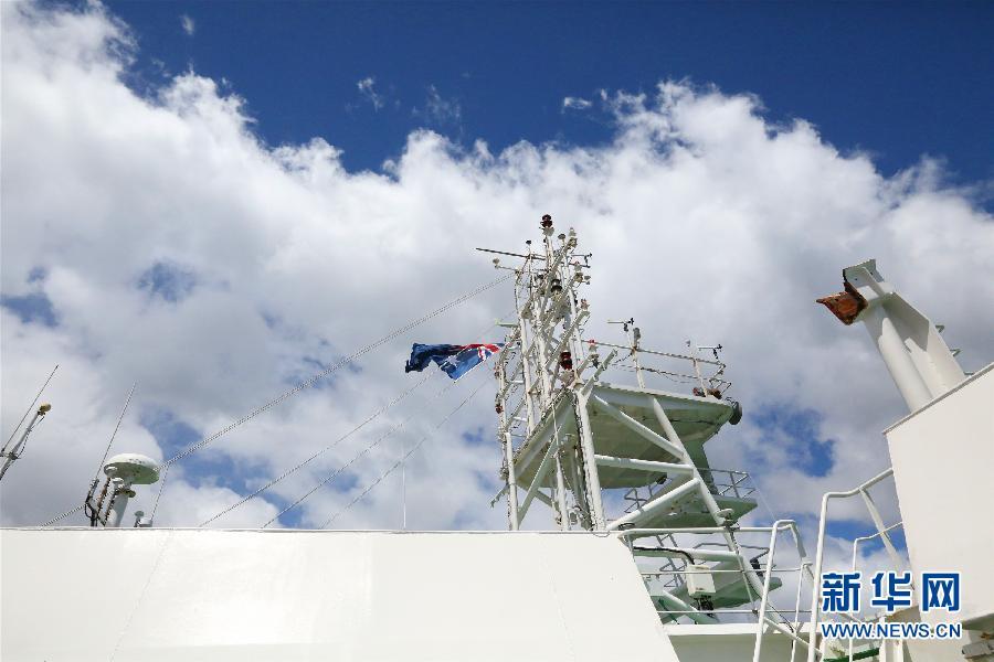 """11月14日上午,""""雪龙""""号船员在澳大利亚霍巴特港锚地进行装卸作业。新华社记者"""