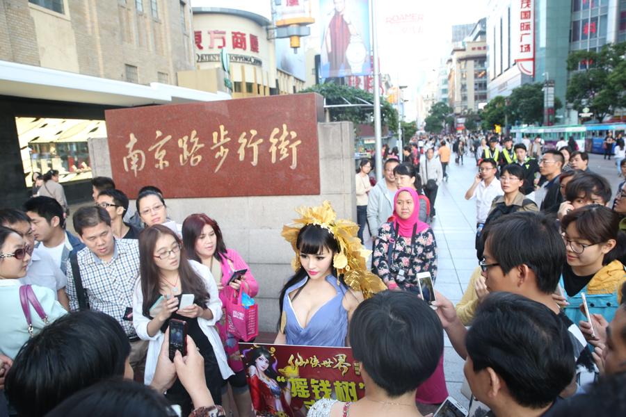 美女摇钱树惊现上海闹市求摇 围观者众多没人敢摇(组图)