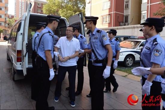 """8月14日,网民""""立二拆四""""下囚车被押送至法院受审(点击查看组图)"""