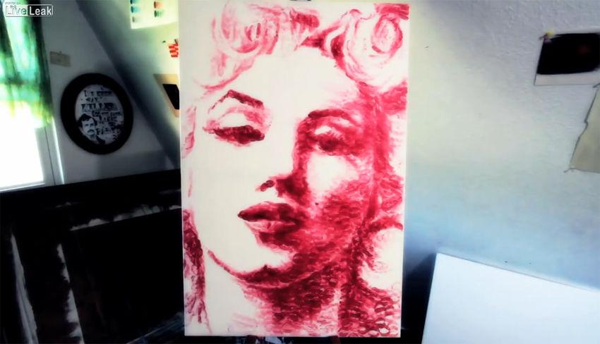 美国女艺术家亲吻画纸上千次 吻出唇印梦露