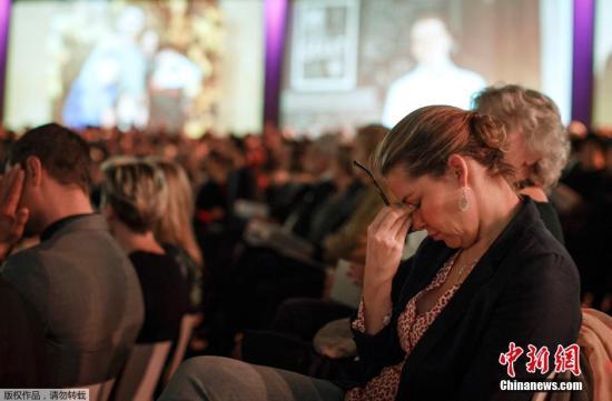 资料图:当地时间2014年11月10日,荷兰阿姆斯特丹,在马航MH17航班失事四个月后,遇难者的亲友们聚集在一起进行悼念。荷兰国王、首相悉数出席。