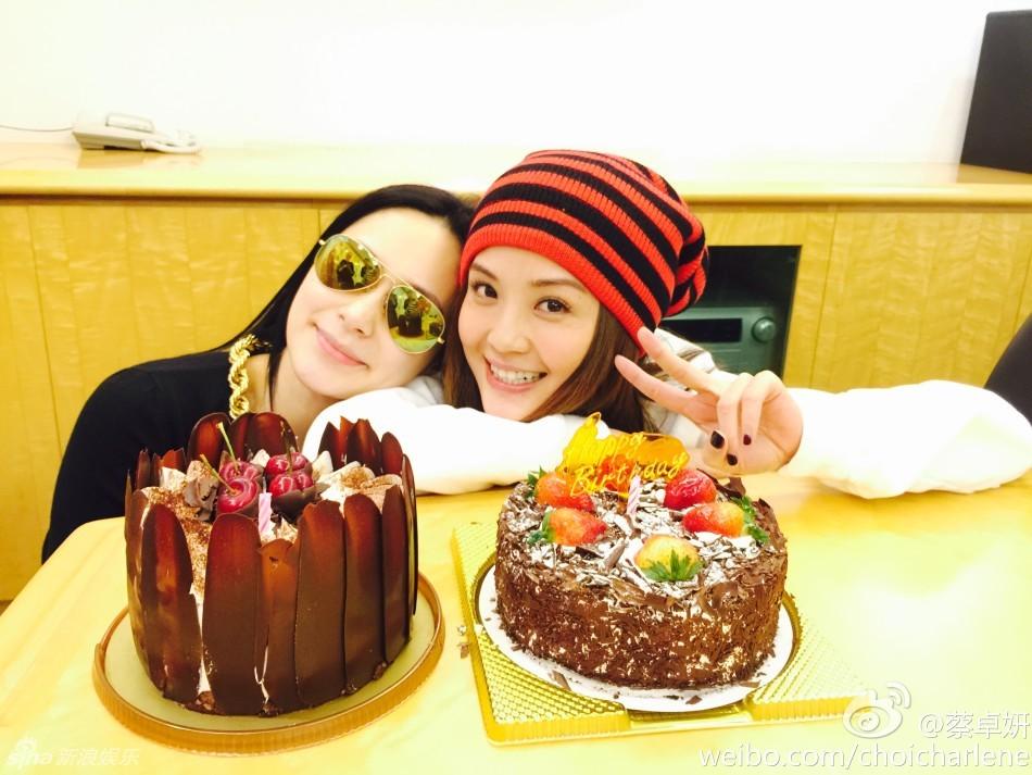 11月13日,香港金牌经纪人霍汶希、钟欣桐分别晒出和蔡卓妍的亲密合影,为阿sa提前庆生。阿Sa和男友陈伟霆的生日只差一天,而陈伟霆近期在外地拍戏,并未现身。